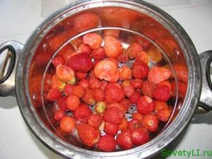 Приготовление десерта из сметаны и клубники