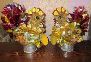 Сладкий подарок, петушки из конфет и фольги