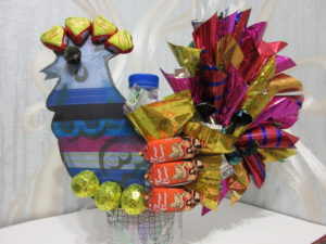 Пошаговое фото поделки - петушек из конфет