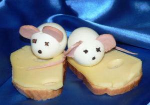Бутерброды с мышками из яиц, угощение на год крысы